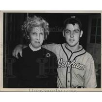 "1949 Press Photo Denham baseball player Warren ""Jeb"" Weidrich & his mom"