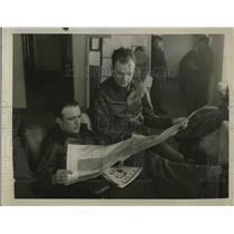 1934 Press Photo JW Williams & Jerry Autan Read Newspaper