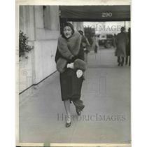 1930 Press Photo Mrs. Jean Sloper Strolls Down Park Avenue in New York