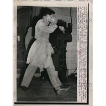 1949 Press Photo Valentine Gubitchey in custody for espionage goes to court