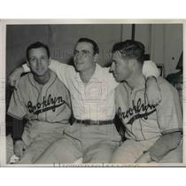 1941 Press Photo Brooklyn Dodgers' Dixie Walker w/ pitchers Kirby Higbee & Hugh