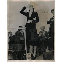 1938 Press Photo Floyd Bennett Airport, Ny Mrs TomThurlow waits pilot husband