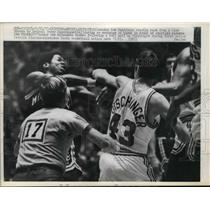 1971 Press Photo Milwaukee Bob Dandridge recoils back from Terry Dischinger.