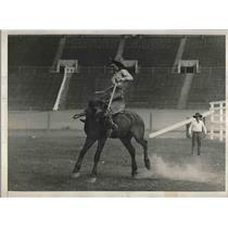 1930 Press Photo Lou Tindell, Cowboy on a Bucking Bronco at World Series Rodeo