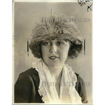 1921 Press Photo A smart feather brimmed turban with crown made entirely of