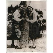 1932 Press Photo Florence and Eselle Johnson of Sweden attired in Native Costume
