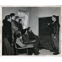 1947 Press Photo Aviation Instructor Paul Robinson Briefs Student Missionaries