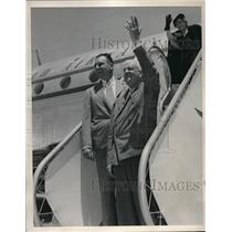 1947 Press Photo Mayor Roger Lapham and others waving after worldwide flight
