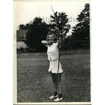 1940 Press Photo Marian Miller practicing archery at Mary Ells Camp. - neb51308