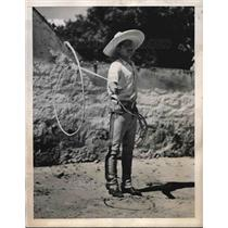 1940 Press Photo Vaquero cowboy outside Mexico City with lariat - nea98292