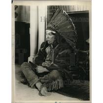 1930 Press Photo W Storey Poses As Sitting Bull In Harvard's Hasty Pudding Shop