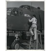 1942 Press Photo Garrett Brown is painting General Mitchell's name on B-25