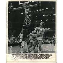 1973 Press Photo Milwaukee Bucks Kareem Abdul Jabbar, Chicago Bull Dennis Awtrey