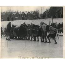 1925 Press Photo Women's tug-o-war on the ice at Quebec