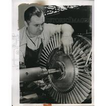 1950 Press Photo Mechanic Works With New Pratt & Whitney Turbo Wasp Jet Engine