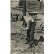1918 Press Photo A day laborer with pick axe on construction site