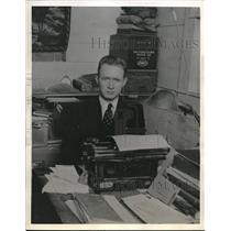 1939 Press Photo Newspaper Writer HB Fox Works With New Typewriter