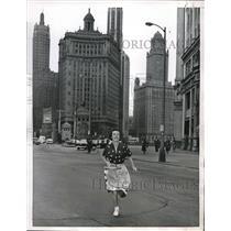 1955 Press Photo Mrs Binnie Dick strolling on Michigan Ave in Chicago, Ill