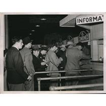 1938 Press Photo Men lined up at betting window at Churchill Downs