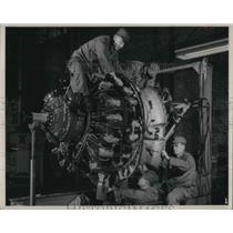 1950 Press Photo Aviation Mechanic Works On Engine At Marine Air Technical
