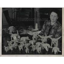 1940 Press Photo Newport, Ore. Mrs Betsy Jones & her models of animals