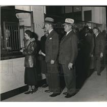 1933 Press Photo Mayor Frank Murphy & T. Keller Open Bank for Detroit Employees