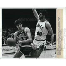 1984 Press Photo Alvan Adams, Phoenix Suns, Dave Corzine, Chicago Bulls in Game
