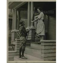 1932 Press Photo Mary Keoshe giving a rake to Scout Albert Kaiser of Troop 59