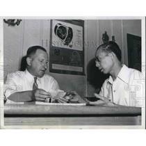 1944 Press Photo George Gibson of Bendix Aviation interviews Fong Shing Chong