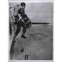 1955 Press Photo London Civilian Enjoys Parachuting on Weekends