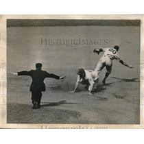 1943 Press Photo Billy Herman, Brooklyn Dodgers, Umpire Conlan, New York