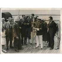 1931 Press Photo Radio announcer Hugh Barrett Dobbs concludes boat broadcasts