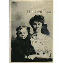 1922 Press Photo Mrs Eh Brittain and son Cecil