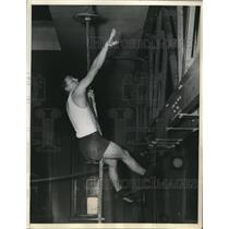 1936 Press Photo Harrison Houston, Rope Climbing Olympic Gymnast Finals New York