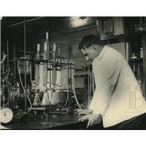1923 Press Photo E.A. Colman at Grain Investigations Laboratory at USDA
