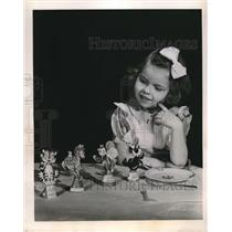 1951 Press Photo Cute Little Girl Marilyn Bruch Plays With Standup Place Cards