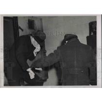 1938 Press Photo Otto Hermann Voss & Eric Glaser, Alleged Nazi Spies Dodge Photo