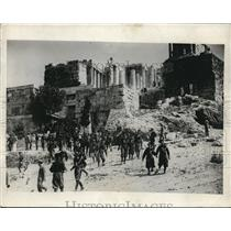 1931 Press Photo Throngs of Tourists Gather Outside of Ancient Roman Ruins