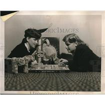 1940 Press Photo Ann Wilson & her sister Marie playing game of 48