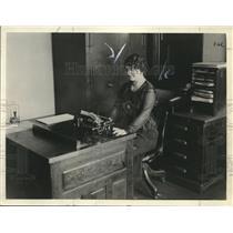 1924 Press Photo Speed Typist Mrs. M.E. Miller