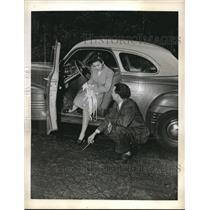 "1943 Press Photo Mrs. Walter Barrett on ""Pre-fabricated"" steel highway at Darien"