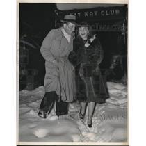 1940 Press Photo Esme O'Brian & Actor Douglas Montgomery Enjoy Walk in Snow