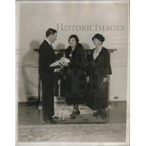 1932 Press Photo Mayor Walker Donates Books To Mrs Samuel Adams Clark