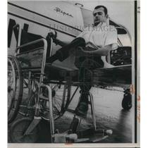 1971 Press Photo Jim Dwyer cannot talk can fly airplane with special pedals