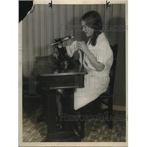 1928 Press Photo Hazel Spicer uses a Gotham Knitbac machine that repairs hosiery