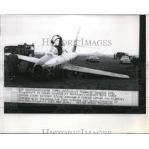 1955 Press Photo Lt. Richard Lewis of Langel AFB Crash Landed and emerged unhurt