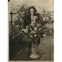 1922 Press Photo Wilmar Russell Poses With Large Display Of Dahlias