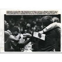 1976 Press Photo Charlie Scott, Boston, Jim Cleamons, Cleveland, NBA Playoffs
