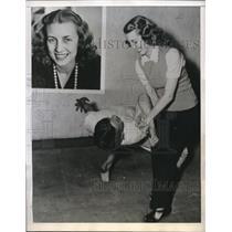 1943 Press Photo Kristen Spencer Tutors men in Judo at the YMCA. - nec18482