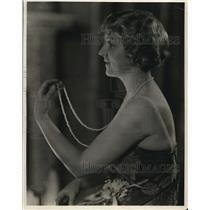 1923 Press Photo Eva Gordon Showing Her Very Long String of Pearls
